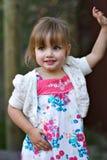 Pose mignonne d'enfant en bas âge Images stock