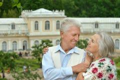 Pose mignonne de couples d'aîné Images stock