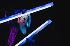 pose modèle à la mode avec deux émetteurs à rayonnement ultraviolet, Photos stock