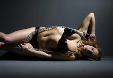 Pose modèle dans la lingerie de latex avec la chaîne Images libres de droits