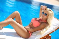 Pose modèle de beau bikini sexy de femme et bronzé sur la plate-forme Chai image stock