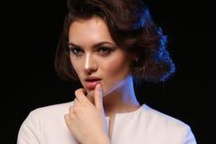 Pose modèle de belle brune dans le tir d'essai Mode de femelle de fille d'émotion Photographie stock