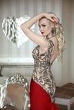 Pose modèle de belle femme blonde dans la robe élégante avec le maquillage Photographie stock libre de droits
