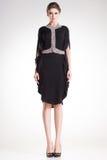 Pose modèle de belle femme dans la robe noire élégante avec des diamants Photos libres de droits