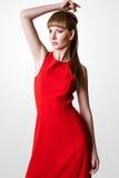 Pose modèle de belle femme dans le studio sur le fond blanc Image stock