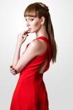Pose modèle de belle femme dans le studio sur le fond blanc Photos stock