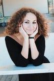 Pose modèle de brunette bouclé à la mode photos stock