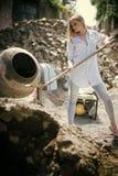 Pose modèle de femme de mode Travailleuse dans la chemise et des jeans sur le chantier, mode Femme avec le long cheveu blond Photo libre de droits