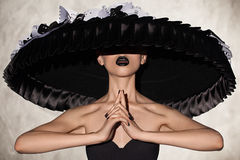Pose modèle de femme sensuelle dans un studio Image libre de droits