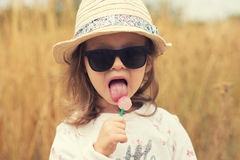 Pose modèle de fille d'enfant en bas âge sur la rue Image stock