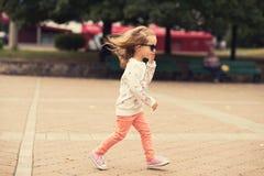 Pose modèle de fille d'enfant en bas âge sur la rue Photographie stock libre de droits
