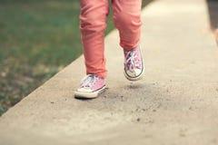Pose modèle de fille d'enfant en bas âge sur la rue Photo stock