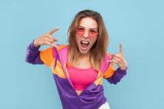 Pose modèle de hippie expressif sur le bleu photos libres de droits