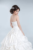 Pose modèle de jeune jeune mariée de mode de beauté dans la robe de mariage avec l'ha photo libre de droits
