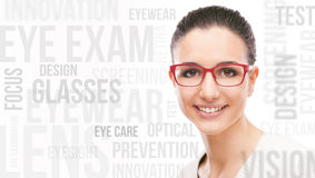 Pose modèle de sourire avec l'eyewear de mode Photo stock