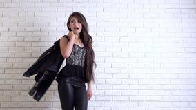 Pose modèle pour des appareils-photo et le sourire Mouvement lent banque de vidéos