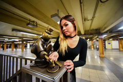 Pose modèle pour des photographes à la station de métro de 14 rues dans NYC Photo libre de droits
