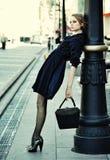 Pose modèle sur une rue de ville Images stock