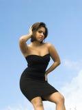 Pose modelo no vestido preto apertado Imagem de Stock Royalty Free
