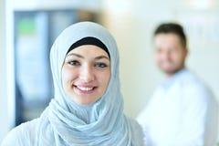 Pose musulmane sûre d'étudiant en médecine à l'hôpital photos stock