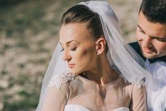 Pose nouvellement de ménages mariés de jeunes Images stock