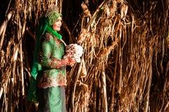 Pose nouvellement épousée de jeune mariée Photo stock