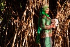 Pose nouvellement épousée de jeune mariée Image libre de droits