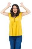 Pose occasionnelle de sourire de jeune femme Image stock