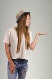 Pose occasionnelle positive de femme Portrait émotif de fille Jeune marché des changes Images stock