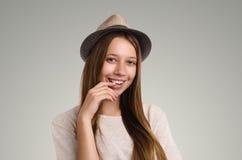 Pose occasionnelle positive de femme Portrait émotif de fille Jeune marché des changes Photo stock