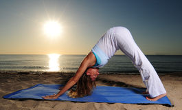 Pose orientée vers le bas de yoga de crabot Photos libres de droits