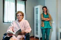 Pose patiente supérieure avec le docteur à l'arrière-plan Photographie stock