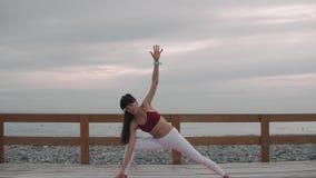 Pose praticando da ioga da mulher video estoque