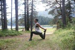 Pose praticando de Mudra da ioga da mulher ao ar livre? Imagem de Stock Royalty Free