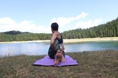 Pose praticando de Mudra da ioga da mulher ao ar livre? foto de stock
