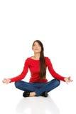 Pose praticando dos lótus da ioga da mulher desportiva imagens de stock royalty free