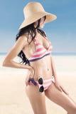 Pose rayée de port de bikini de femme sexy Photographie stock libre de droits