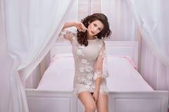 Pose romantique de femme de brune Image stock