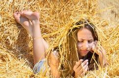 Pose romantique de jeune fille extérieure Image libre de droits