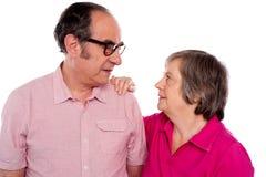 Pose romantique mûrie de couples Image stock