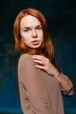 Pose rousse à la mode de femme Photos libres de droits