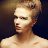 Pose (rousse) à la mode de femme de gingembre de beauté Photo libre de droits