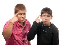 Pose sérieuse de deux adolescents Images libres de droits