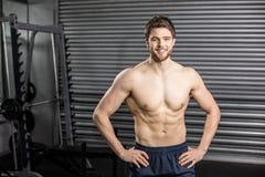 Pose sans chemise d'homme d'ajustement Image stock