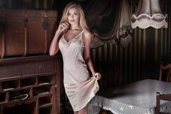 Pose sensuelle blonde de femme Images libres de droits