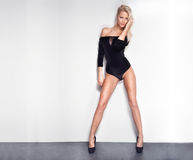 Pose sexy blonde de femme. Photo stock