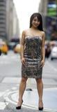 Pose 'sexy' da mulher de Asain na rua aglomerada da cidade foto de stock