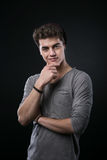 Pose souriante d'un air affecté de jeune homme Images stock