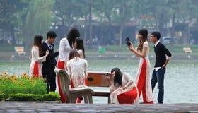 Pose sur la banque du lac Hoan Kiem Image stock