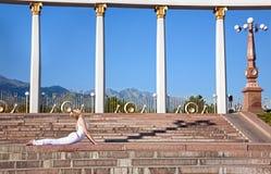 Pose urbano da cobra do bhujangasana da ioga imagem de stock